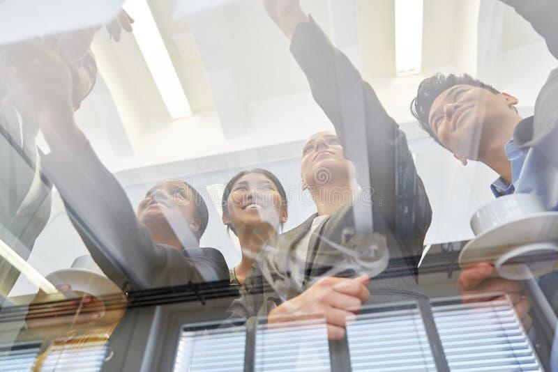 Team im Geschäftstreffen lizenzfreies stockbild