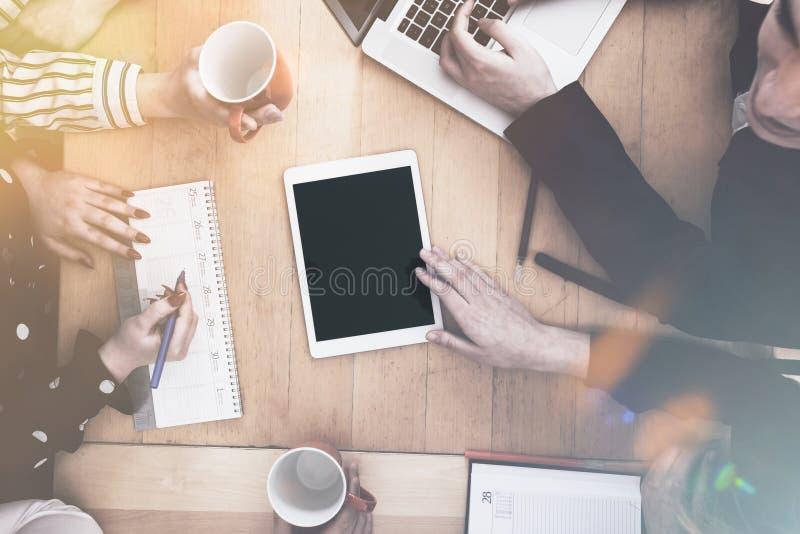 Team intorno al computer della compressa con lo spazio della copia, offi di piccola impresa fotografia stock