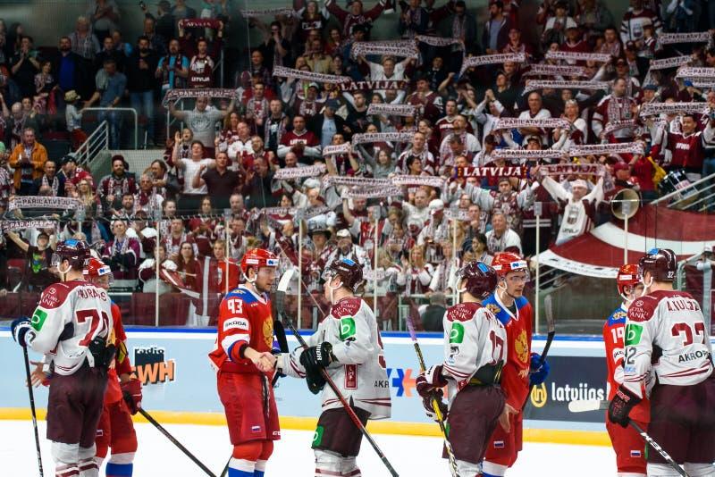 Team Latvia nach Gewinn gegen Team Russland Teammitglieder, die Händedrücke geben stockfotografie