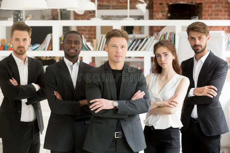 Team le portrait, groupe d'hommes d'affaires sûrs tenant le lookin photographie stock libre de droits