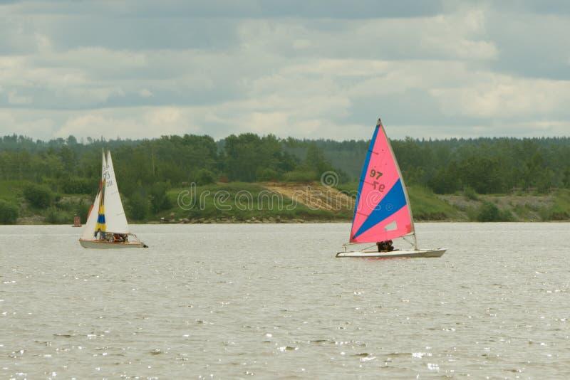Team les athlètes participant à la concurrence de navigation - course de yacht, régate sailboats Sports aquatiques récréationnels photographie stock