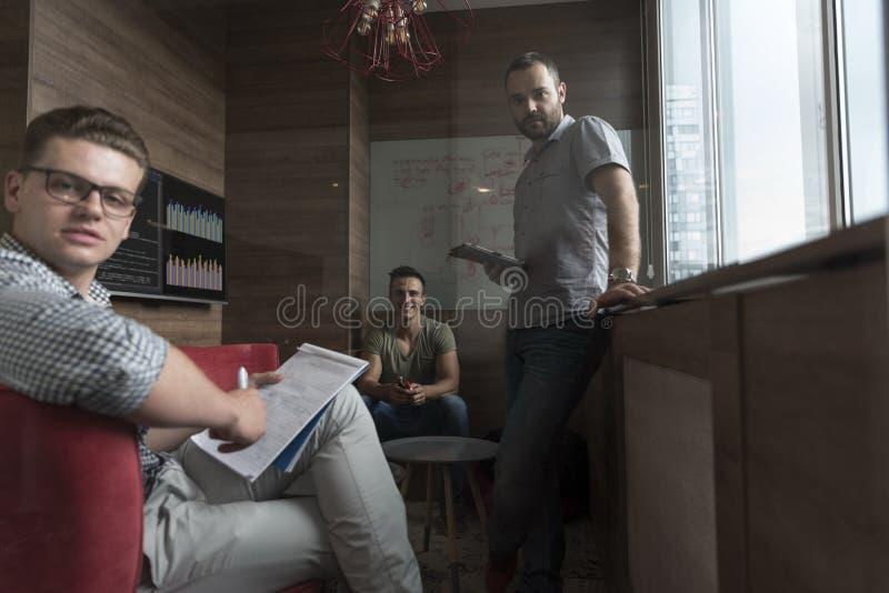 Team mötet och idékläckning i litet privat kontor royaltyfria foton