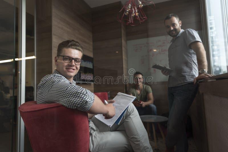 Team mötet och idékläckning i litet privat kontor arkivbilder