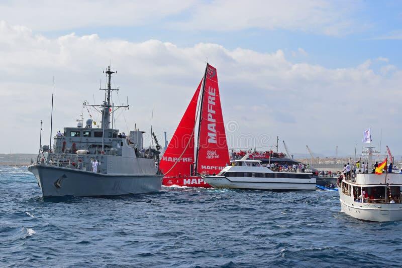 Team Mapfre Very Close Between-Zuschauerboots-Volvo-Ozean-Rennen Alicante 2017 stockbild