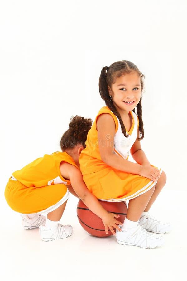 Team-mates prescolari di pallacanestro sopra bianco. fotografie stock