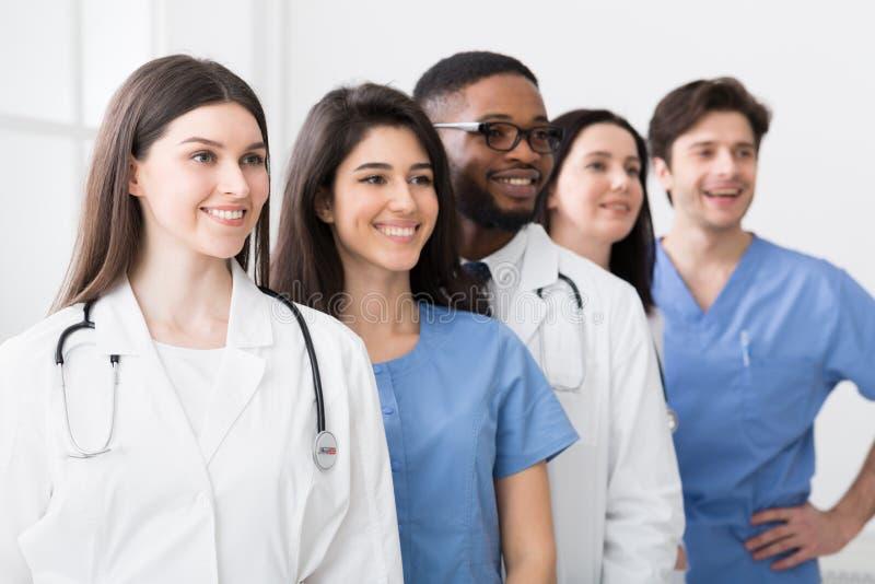 Team Of Medical Interns Lyckade praktiker i sjukhus arkivbilder