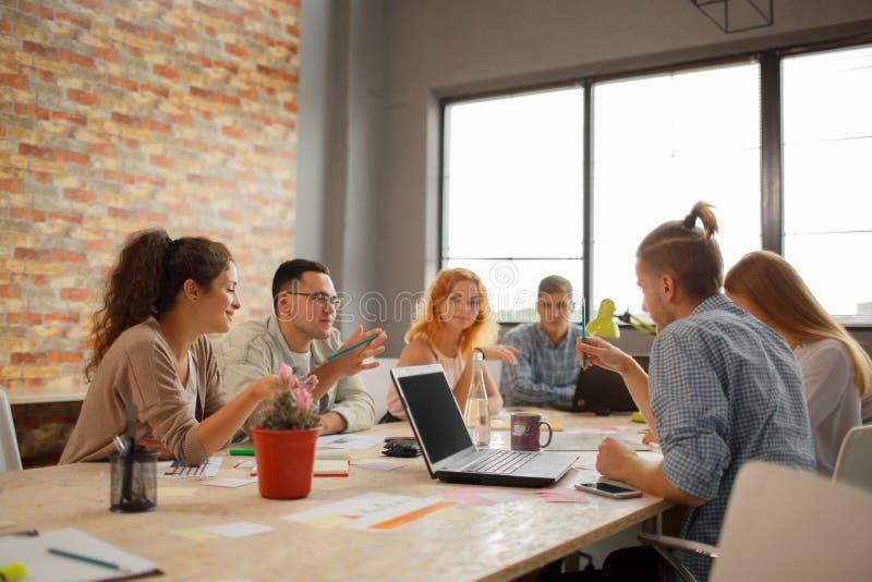 Team Meeting Brainstorming Planning Analysing begrepp royaltyfria bilder