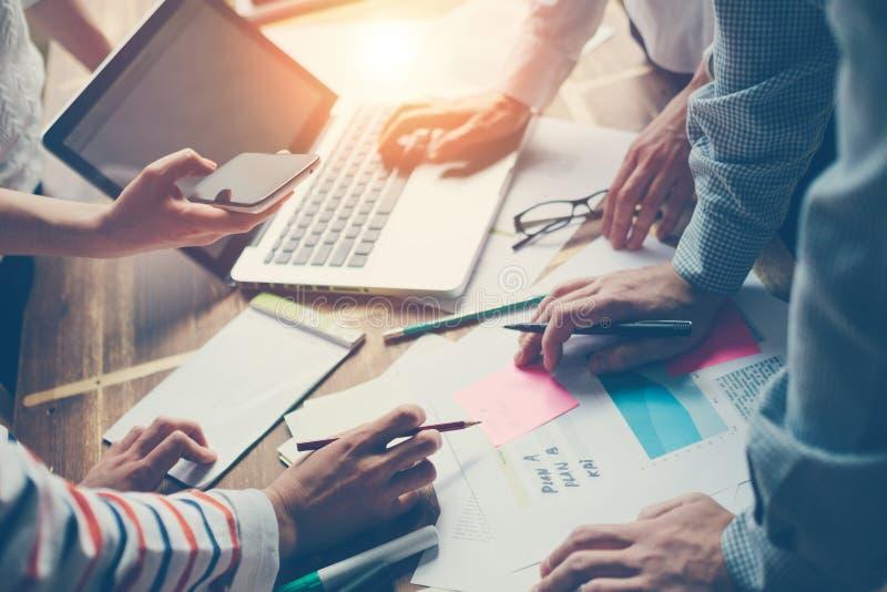 Team Meeting Neue Unternehmensplandiskussion Digital und Schreibarbeit auf dem Tisch stockfoto