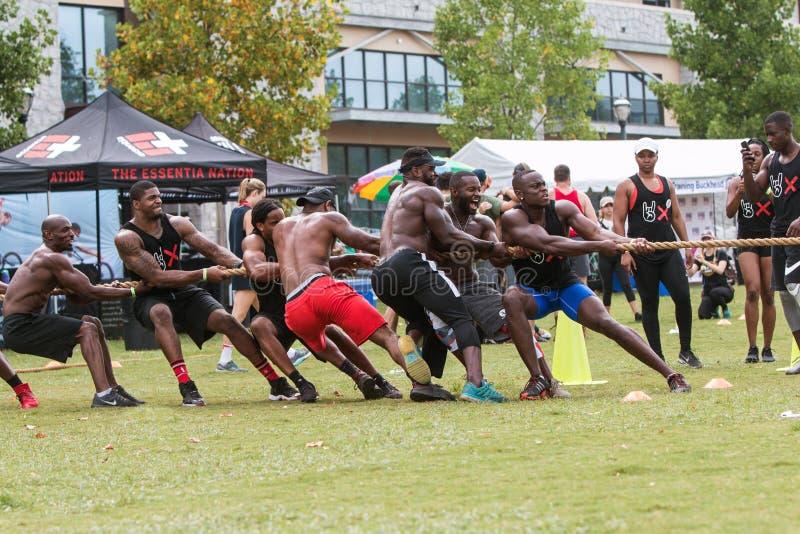 Team With Muscular Men Compete in Tug Of War Contest lizenzfreie stockfotos