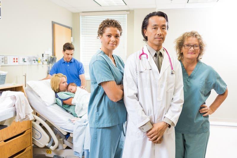 Team With Newborn Baby And médico bem sucedido fotos de stock royalty free