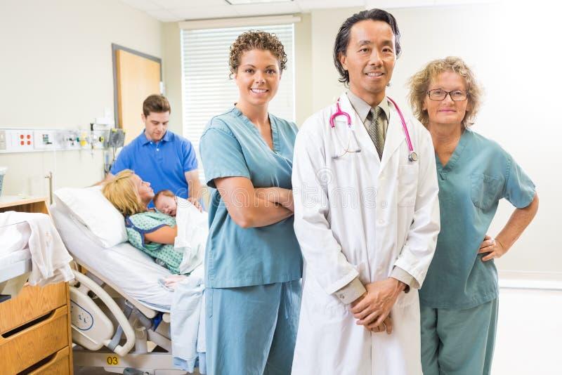 Team With Newborn Baby And medico sicuro immagine stock libera da diritti