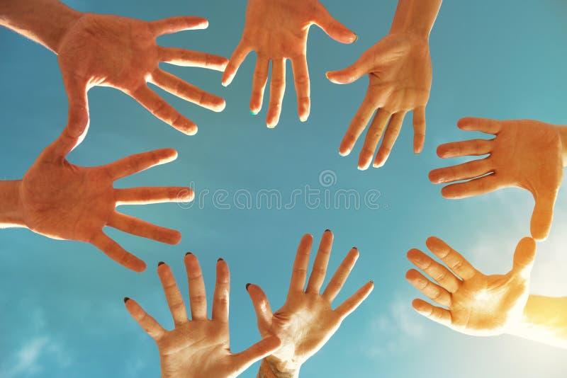 Team o conceito dos trabalhos de equipa ou da amizade com muitas mãos no círculo imagem de stock