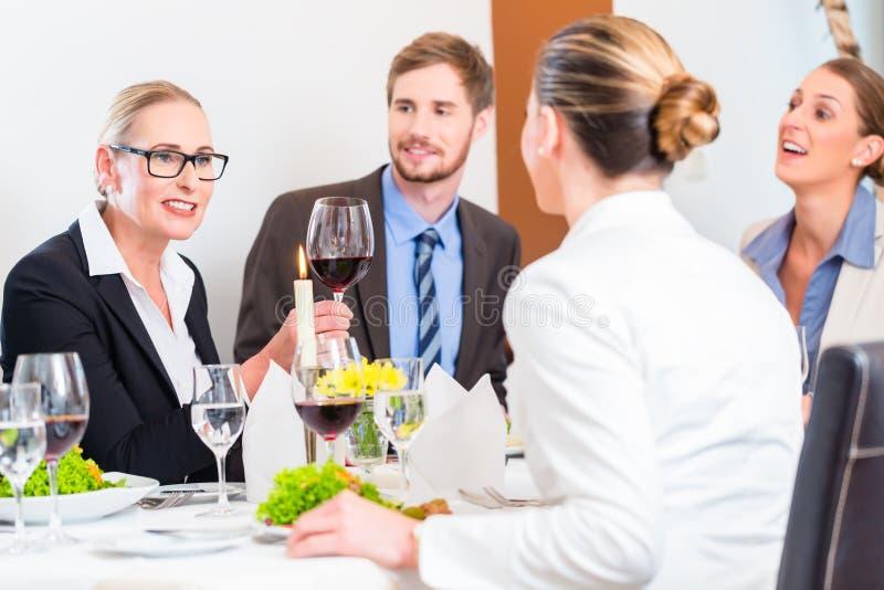 Team op bedrijfslunchvergadering in restaurant royalty-vrije stock foto