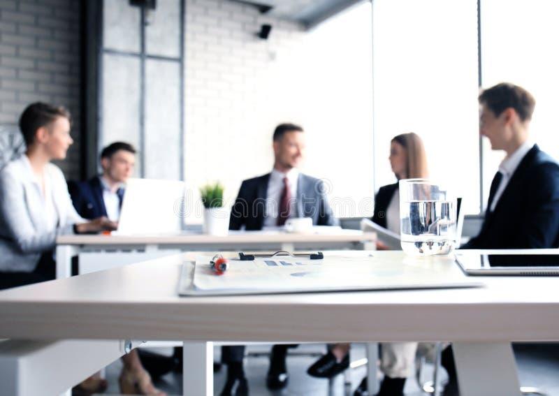 Team os profissionais novos que têm a discussão ocasional no escritório Executivos que têm a discussão amigável durante a ruptura imagens de stock