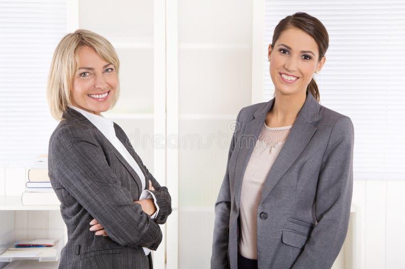 Team Portrait: A mulher de negócio bem sucedida que faz a carreira controla dentro imagens de stock