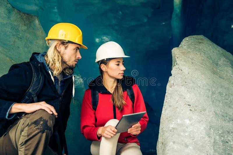 Team Of Scientists Examining un glacier photo libre de droits