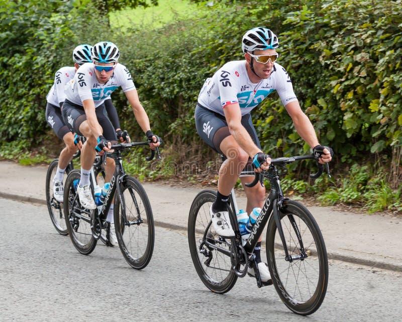 Team Sky Cyclists auf dem OVO-Energie-Ausflug von Großbritannien lizenzfreie stockbilder