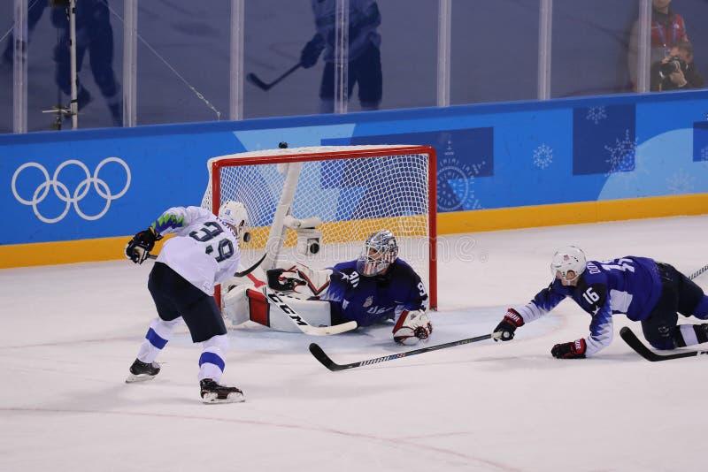 Team Slovenia-scores tegen Team de V.S. tijdens het inleidende ronde spel van het mensen` s ijshockey bij 2018 de Winterolympisch royalty-vrije stock afbeelding