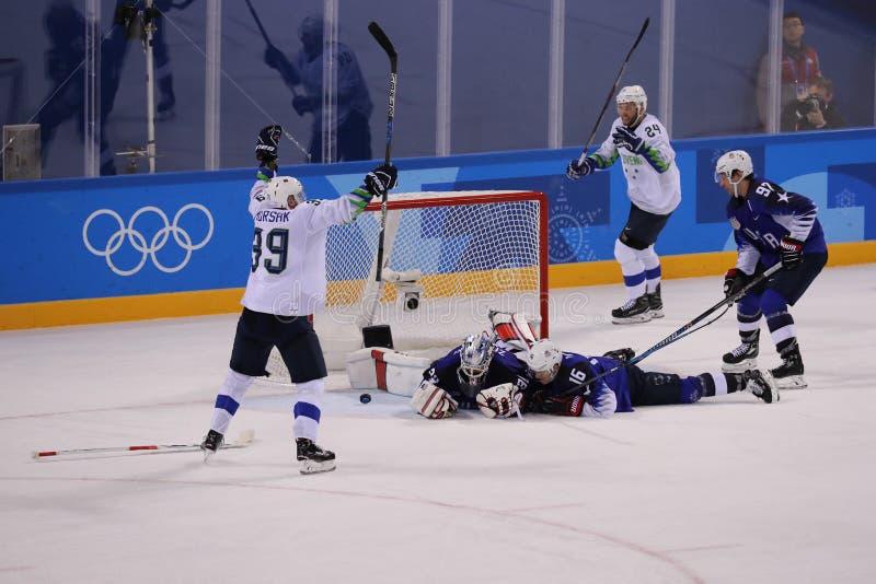 Team Slovenia-scores tegen Team de V.S. tijdens het inleidende ronde spel van het mensen` s ijshockey bij 2018 de Winterolympisch royalty-vrije stock afbeeldingen