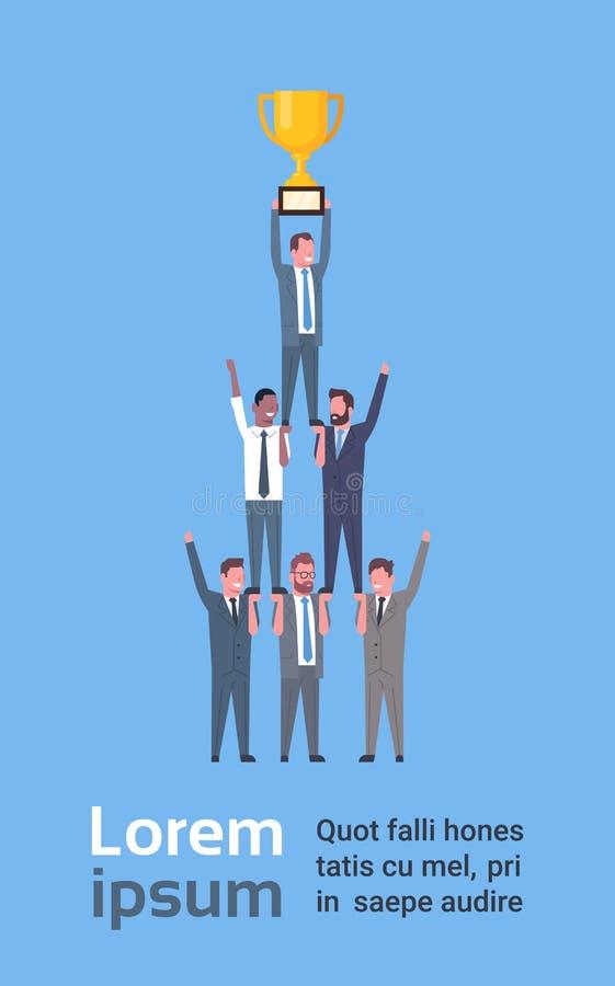 Team Of Successful Business Men som rymmer den guld- koppen, affärsmanframgång och teamworkbegrepp vektor illustrationer