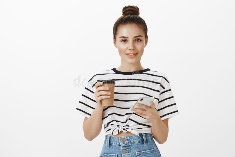 Team travailler sur le nouveau projet, buvant du café pour amplifier l'énergie Femme caucasienne ordinaire active dans le T-shirt photos stock
