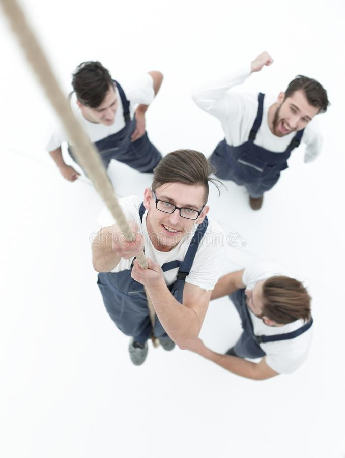 Team und helfen dem Führer, das Seil oben zu klettern stockbilder