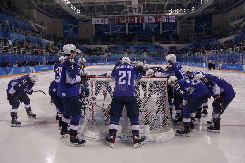Team United States antes del partido contra Team Slovenia en juego redondo preliminar del hockey sobre hielo del ` s de los hombr imagenes de archivo