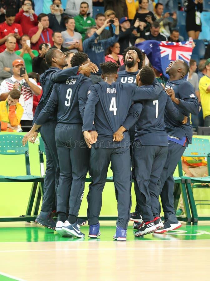 Team United States celebra la victoria después de partido de baloncesto del grupo A entre el equipo los E.E.U.U. y Australia de l imagen de archivo