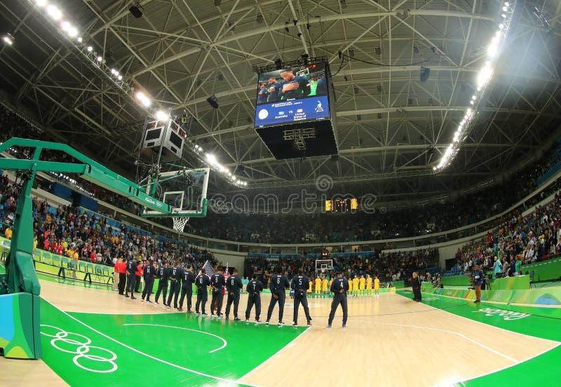 Team United States durante l'inno nazionale prima della partita di pallacanestro del gruppo A fra il gruppo U.S.A. ed Australia d immagine stock libera da diritti