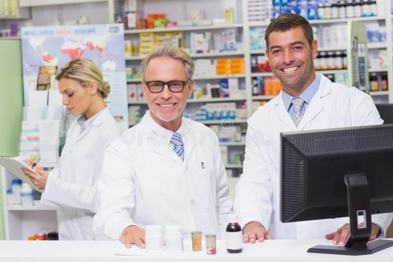 Team van apothekers die bij camera glimlachen royalty-vrije stock afbeelding