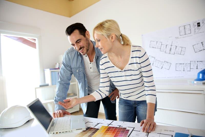 Team van architecten in bureau stock foto's
