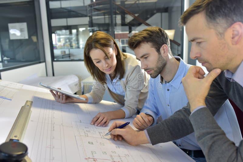 Team van architecten die aan een project werken stock foto's