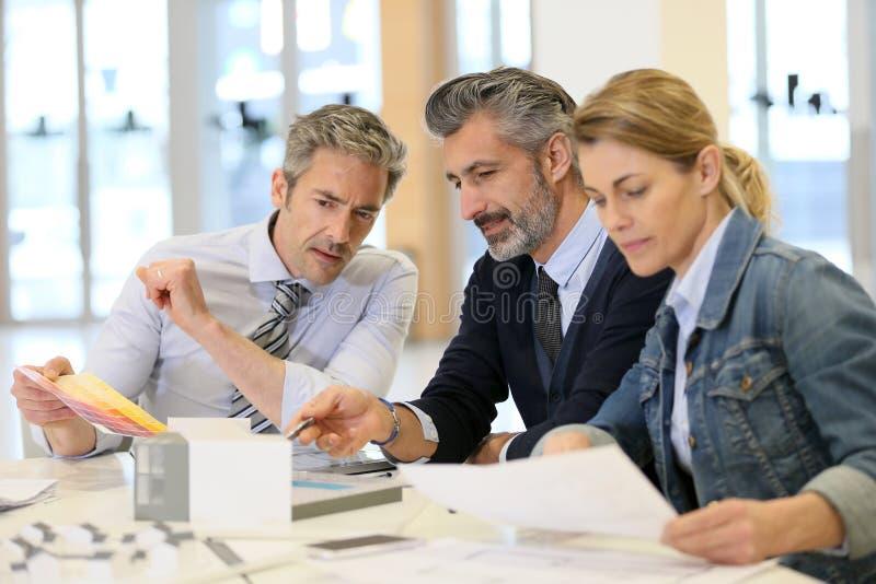 Team van architecten die nieuwe bouwproject behandelen royalty-vrije stock afbeelding