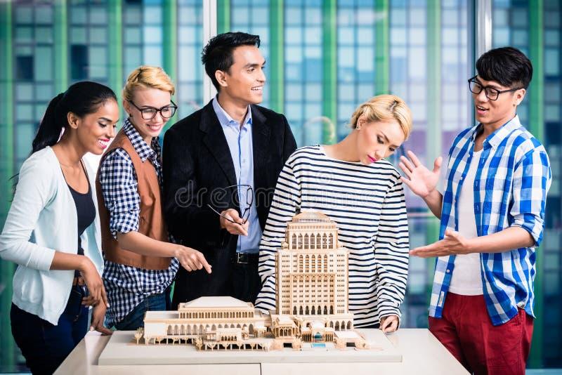 Team van architecten in succesvolle presentatie stock foto