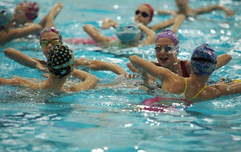 Team van atleten het gesynchroniseerde zwemmen stock foto's