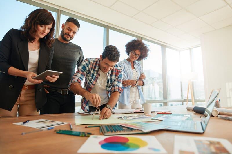 Team van beroeps die in creatief bureau samenwerken stock afbeelding