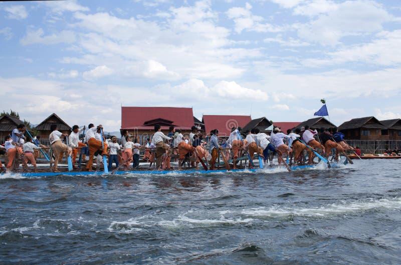 Team van Birmaanse beenroeiers die het Inle-meer, Myanmar kruisen royalty-vrije stock foto's