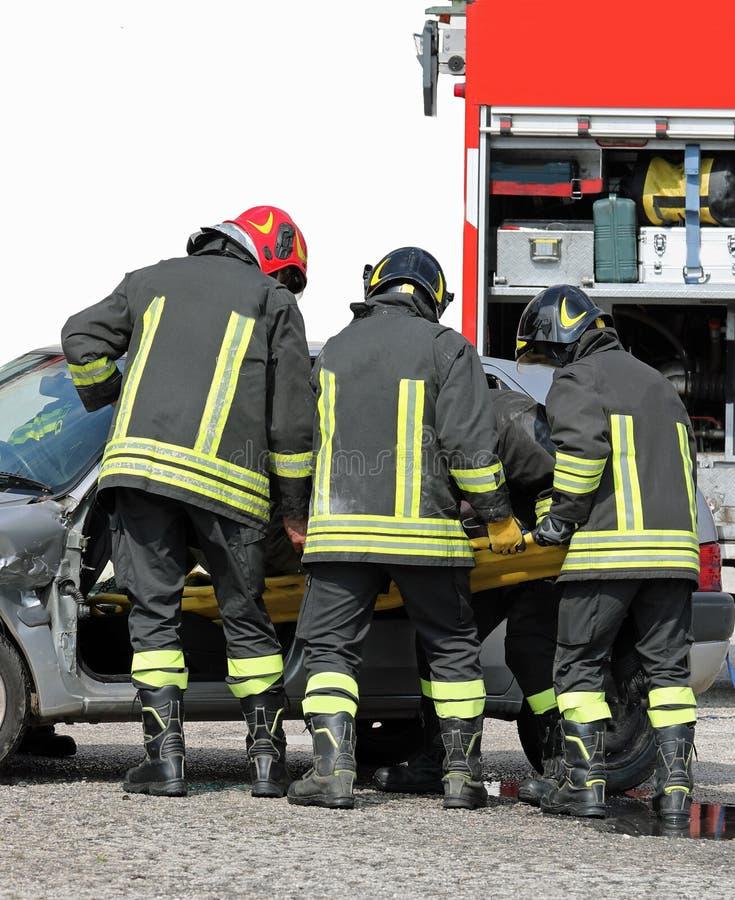 team van brandbestrijders in actie stock foto