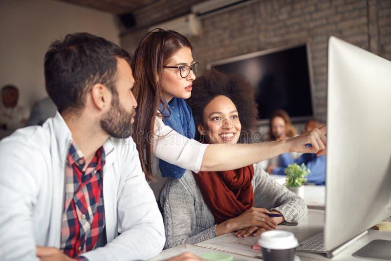 Team van creatieve mensen die een commerciële vergadering hebben stock foto's