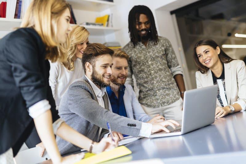 Team van creatieve mensen en ontwerpers in bureau stock afbeeldingen