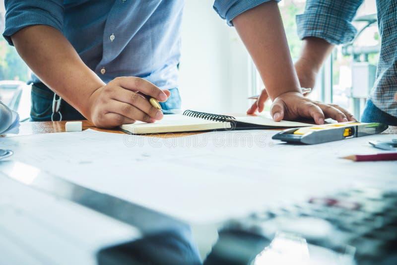 Team van de bouw van de architectuuringenieur met document plan proje royalty-vrije stock fotografie