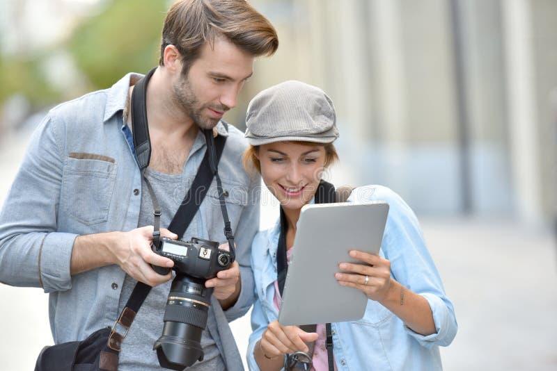 Team van fotografen die rapportage in stad doen royalty-vrije stock fotografie