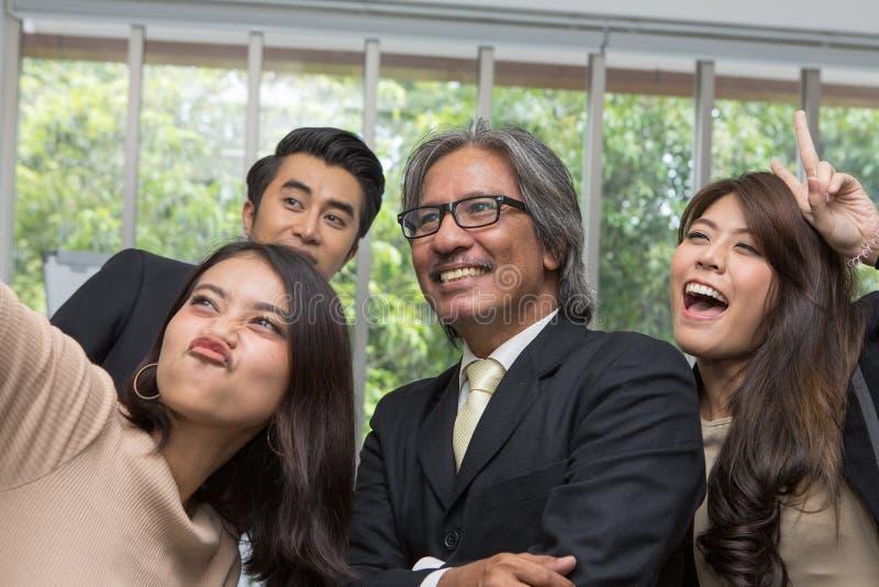 Team van het Aziatische bedrijfs stellen in vergaderzaal vrouw selfie in t royalty-vrije stock foto