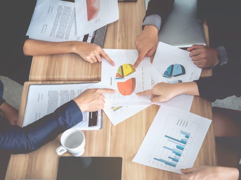 Team van het bedrijfs raadplegen, analyse van businessplannen voor pro stock foto's