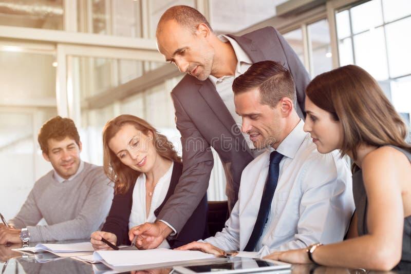 Team van het bedrijfsmensen werken stock afbeelding