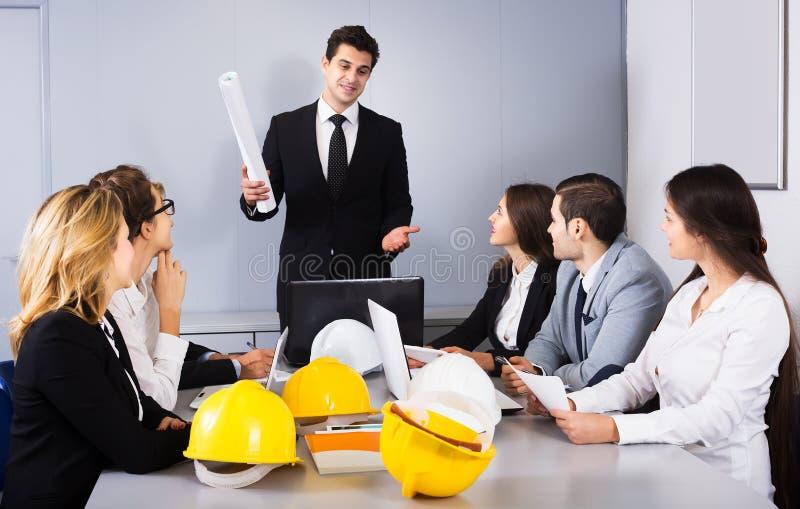 Team van het bespreken van ingenieurs stock foto's