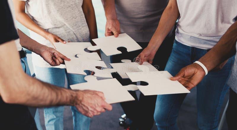 Team van het zakenliedenwerk samen voor één doel Concept eenheid en vennootschap royalty-vrije stock afbeeldingen