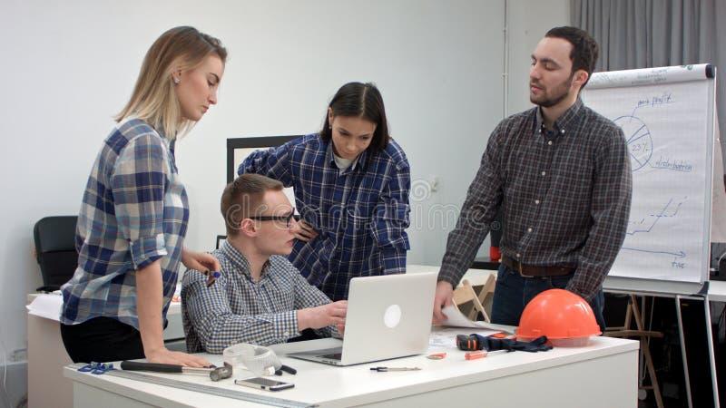 Team van jonge architecten die nieuw project voorbereidingen treffen te beginnen stock foto