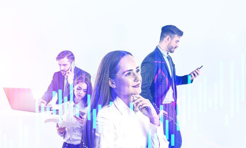 Team van jonge handelaren en digitale grafieken stock afbeeldingen