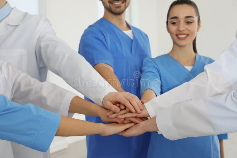 Team van medische arbeiders die handen samen binnen houden royalty-vrije stock fotografie